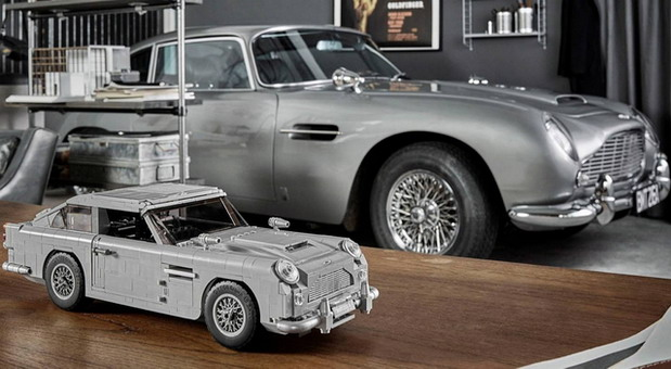 Lego James Bond Aston Martin DB5 in exact 1:8 scale